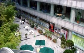 コスモス青山には、大型ブックショップ「青山ブックセンター」があります。